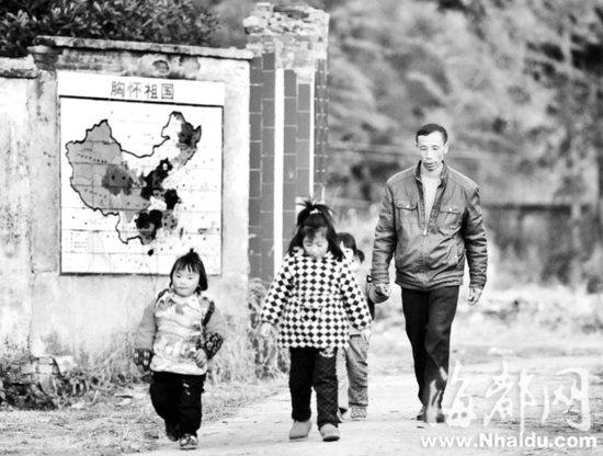 """山村教师谢应光 40年的""""保姆""""生活"""