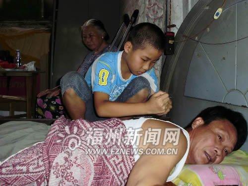 父亲奶奶患病妈妈离家出走 11岁男孩撑起一个家