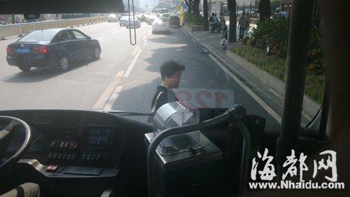 """福州中年妇堵公交20分钟 称""""不让上就不让走"""""""