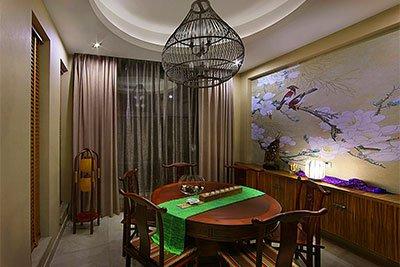 一盏如鸟笼样式的中式花灯,悬挂于餐桌之上