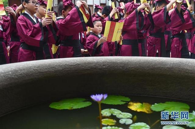 """(教育)(5)福建福州:开学第一课 体验""""入泮拜师礼"""""""