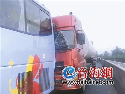 厦蓉高速2客车2货车4车追尾 已发生事故1300起
