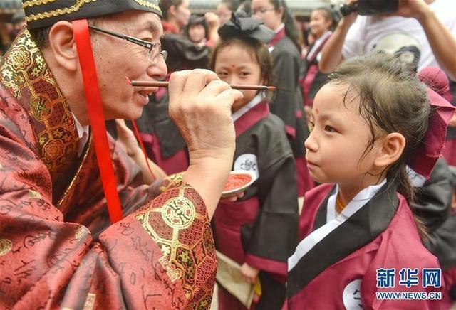 """(教育)(6)福建福州:开学第一课 体验""""入泮拜师礼"""""""