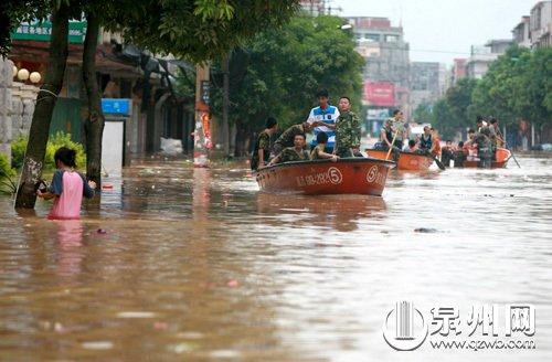 南安街道积水两公里 冲锋舟转运被困群众(图)