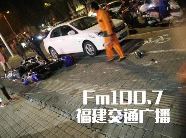 福州小车冲上人行道连撞20多辆电动车 撞伤行人