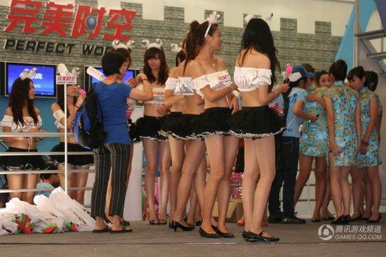 chinajoy美女:短裙美女排队玩游戏