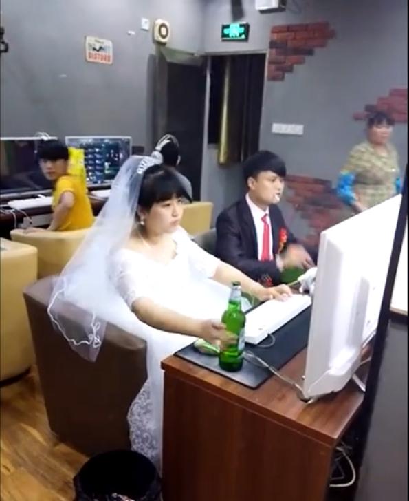 夫妇结婚不入洞房!婚纱没脱就去网吧开黑了