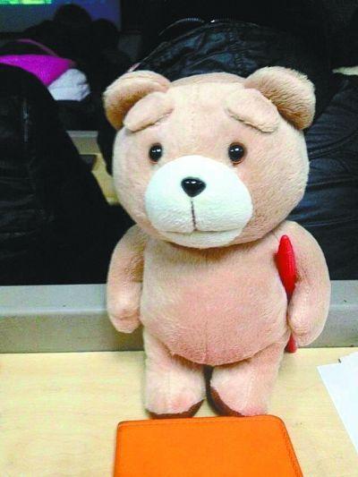 大二男生迷恋安妮 每天带玩具熊上课