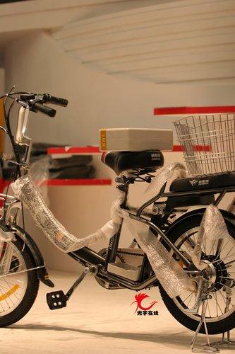 光宇赠大礼 玩家现场推走电动自行车