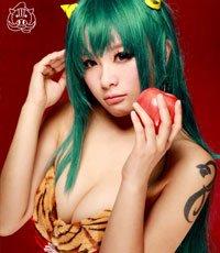 《福星小子》圣诞COS 虎纹女王咬苹果