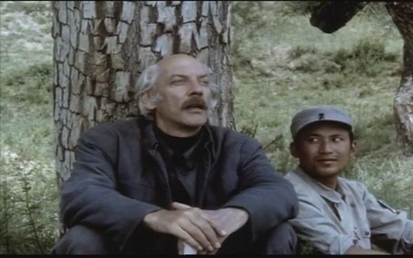 革命血统纯正的包小强的父亲是国际无产主义战士白求恩大夫,对,右边真的是郭达