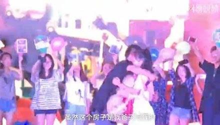 洋葱新闻:大四男生掏房产证求婚 女生感动哭泣
