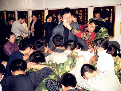 '盟友'下跪,家长为杨永信擦去泪水