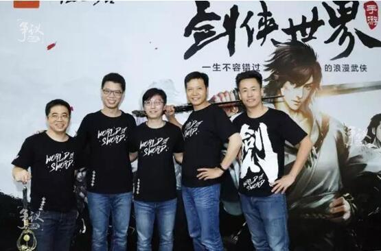 发布会现场,邹涛、雷军、尚进等几位高管衣着统一,手持宝剑,在宣传板前合影留念。