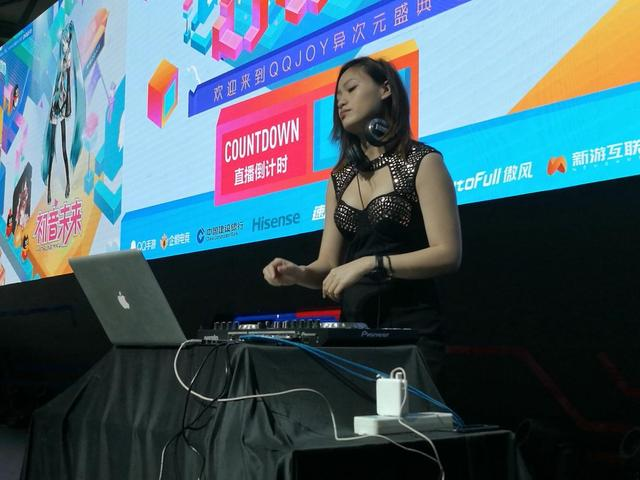 热辣女神DJ身材火爆 舞动旋律点燃激情