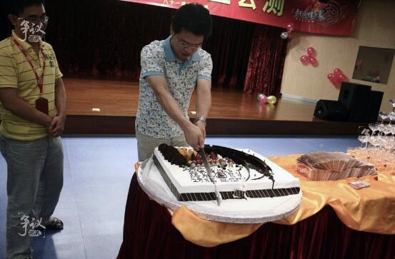 邹涛在《剑网3》公测庆功会上切蛋糕