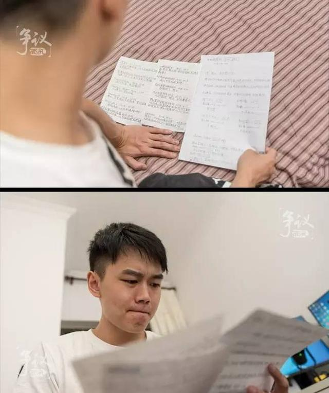熊大在看守所时,即使直播间没人,依旧有粉丝留言鼓励他;父母替他抄写下了这些留言,通过律师递给他,这一切都让熊大感动不已。