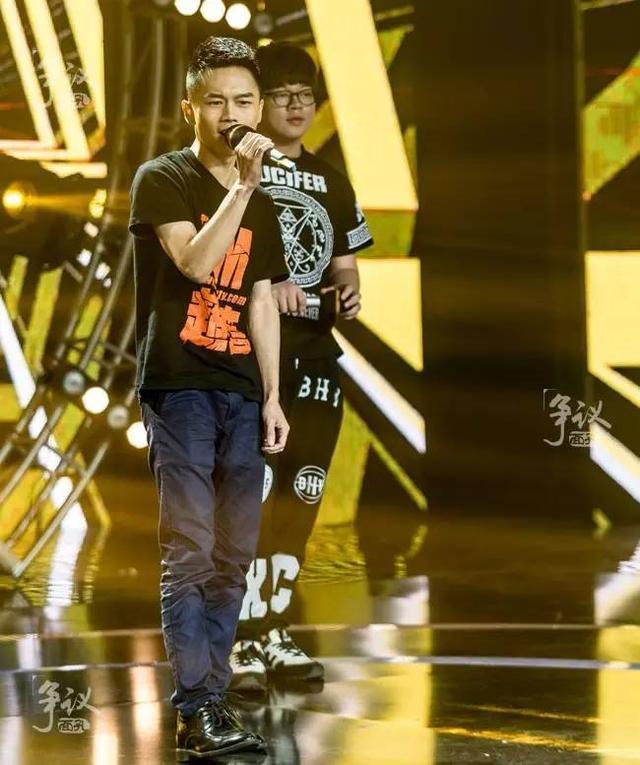 在直播生涯最巅峰的时期,熊大参加一档歌唱类选秀节目,演唱的曲目是《笨小孩》。