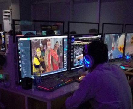 洋葱新闻:女神在网吧这样玩游戏 少女屏幕上的内容亮瞎眼…