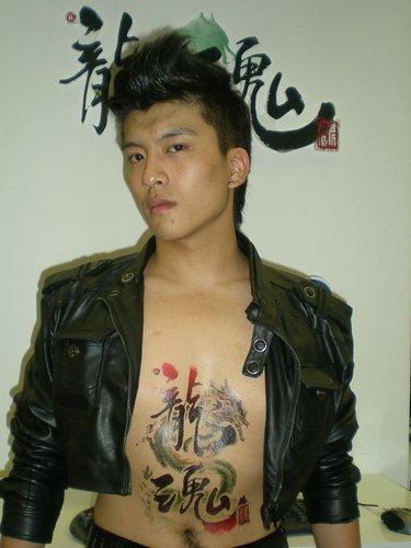巨人纹身男CJ蹿红 引发现场纹身狂潮