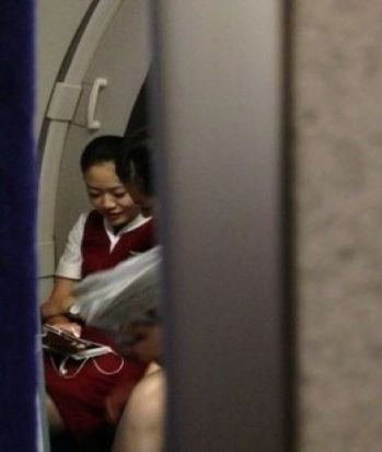 网友爆料:国航空姐飞行中偷玩手机30分钟