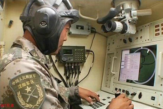 解放军先进高炮控制系统曝光 手柄操控如玩游戏