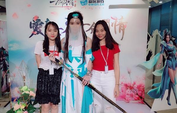 益玩游戏七夕节 二次元游戏美女居然穿越来了?
