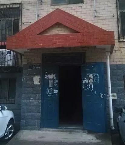事发的三单元门口,有邻居说惨剧就是在这里酿成的。