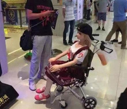 洋葱新闻:带充气娃娃看电影是可怜还是可笑?
