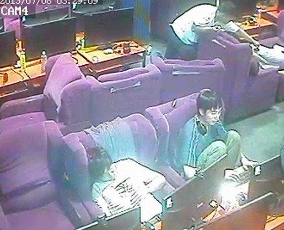 男子网吧偷手机警察根据两年没换衣服将其抓获