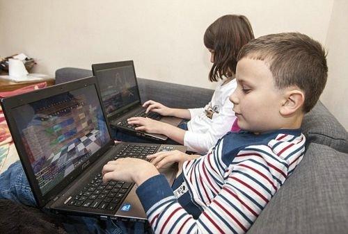 32岁母亲带孩子玩游戏 拒绝子女上学校