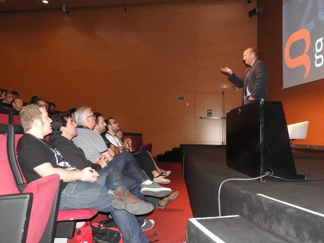 EA公司的首席电竞官彼得·摩尔正在发表演讲
