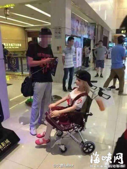 男子带充气娃娃看《魔兽》电影引围观
