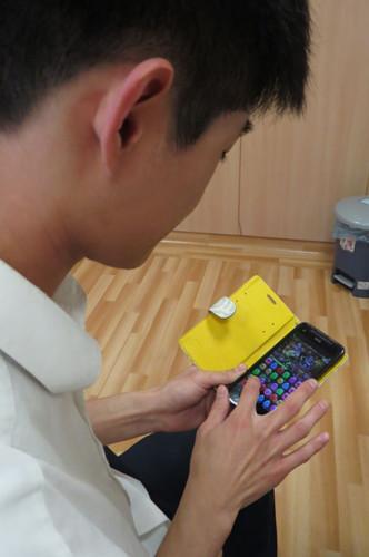 台湾一女子长盯手机患严重干眼症 睫毛掉光