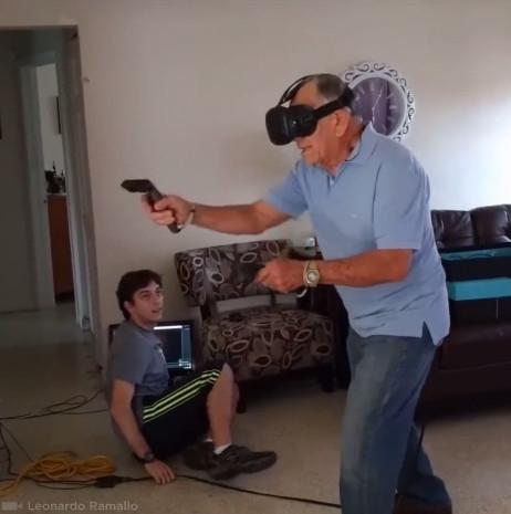 81岁爷爷VR游戏中肉搏僵尸 一旁孙子看哭了
