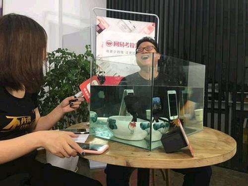 丁磊首次直播 居然是把iPhone7泡在水里…