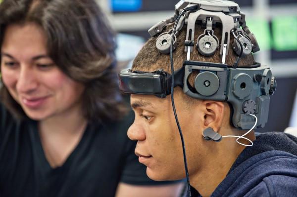 科幻变成现实 解放双手用意念控制VR游戏