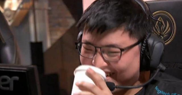 综述:Uzi选出EZ超神 RNG轻取FW以小组第一晋级
