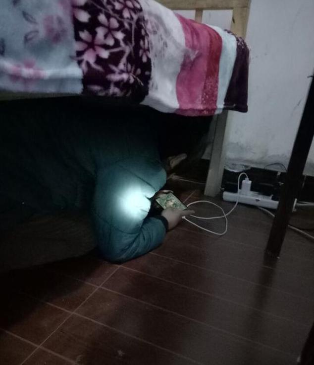 小学生躲在床下不出来 竟为玩王者荣耀!