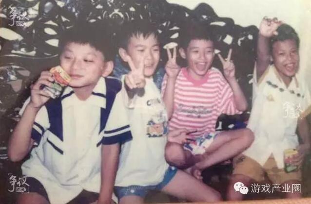 童年时期的梁其伟(左2)