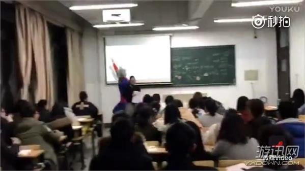 杀马特为博点击大闹大学课堂:扮超人跳窗 桌上跳舞