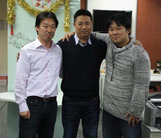 DeNA集团CEO守安功、DeNA中国CEO王勇、DeNA中国新任CEO任宜亲密合影