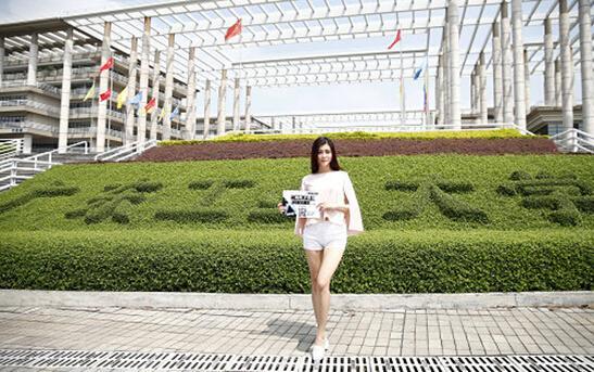 广东工业大学美女学生举牌宣传-逆天游戏广告现高校 三角形弹孔烧脑
