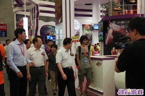 版署领导参观麒麟游戏2010年CJ展区