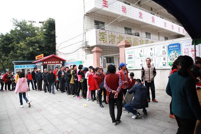 厉害了!湛江市书法名家与麻章中心小学师生携手送出超千幅春联