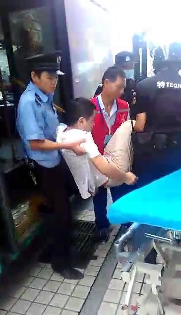 深圳20岁小伙公交上突然整个发抖 口吐白沫