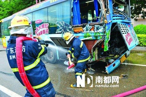 惠州公共汽车-防止二次事故.南都记者 田飞 摄-惠州2公交追尾13乘客受伤 称司机高清图片