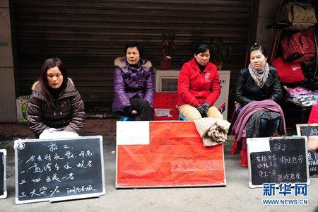 """2月17日,在广州市鹭江村地区,各个工厂在人流旺的街道""""抢人""""。"""