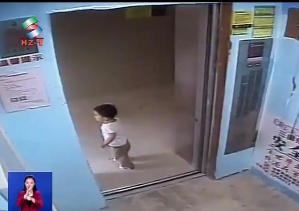 惠州2岁女童独自搭电梯家长找不到人心里焦急