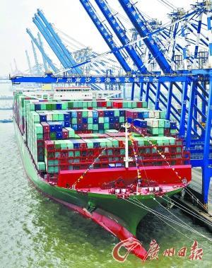 全球最大集装箱船靠泊广州南沙港